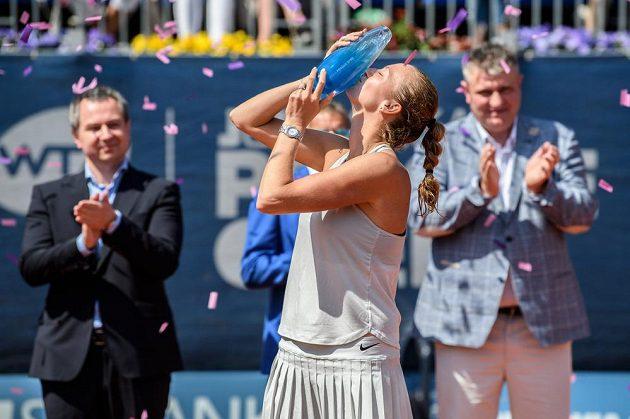 Petra Kvitová s trofejí za vítězství tenisového turnaje J&T Banka Prague Open.
