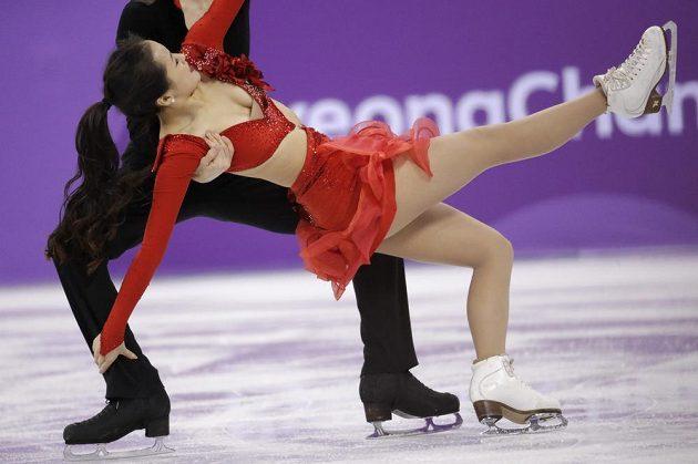 Korejští tanečníci Min Ju-ra a Alexander Gamelin při krátkém programu týmové soutěže. Partnerka měla nečekaný problém s oblečením.