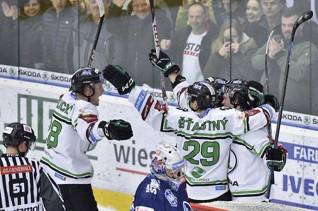Hokejisté Mladé Boleslavi se radují z druhého gólu.
