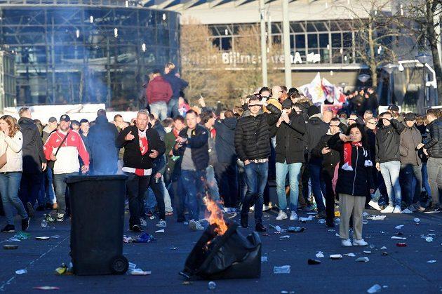Neklid před amsterdamskou arénou před zápasem Ajax - Juventus.