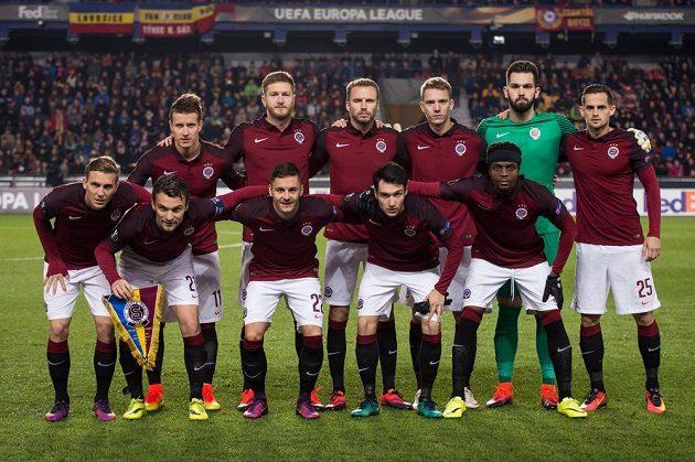 Jedenáct statečncýh, kteří zbyli... Mužstvo Sparty před utkáním s Hapoelem Beer Ševa (2:0).