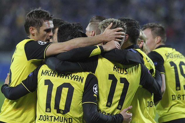 Fotbalisté Borussie Dortmund slaví gól na hřišti Zenitu Petrohrad v duelu osmifinále Ligy mistrů.