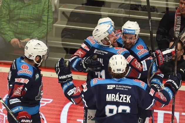 Hráči Chomutova se radují z prvního gólu.