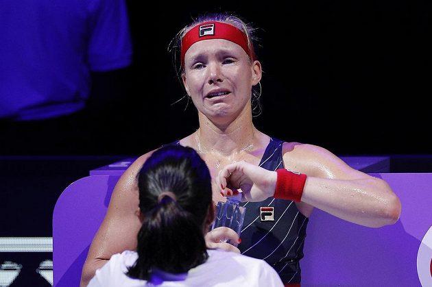 Kiki Bertensová končila Turnaj mistryň v slzách, zápas proti Belindě Bencicové musela kvůli zdravotním problémům skrečovat.