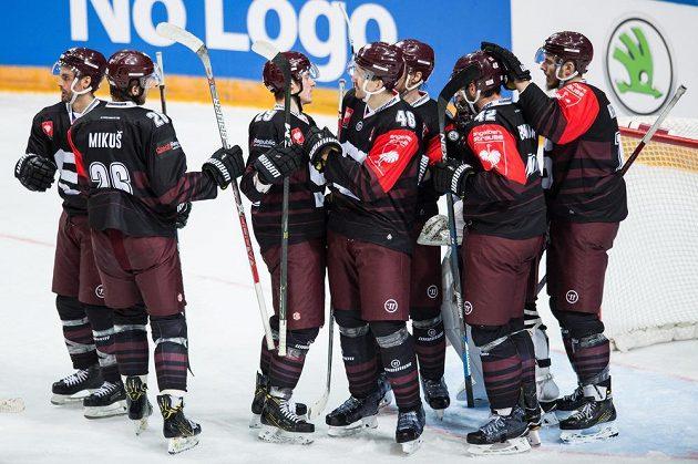 Hokejisté Sparty Praha oslavují vítězství 4:0 a postup do finále Ligy mistrů.