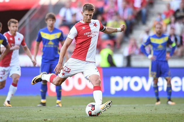 Milan Škoda ze Slavie proměňuje penaltu proti Borisovu.