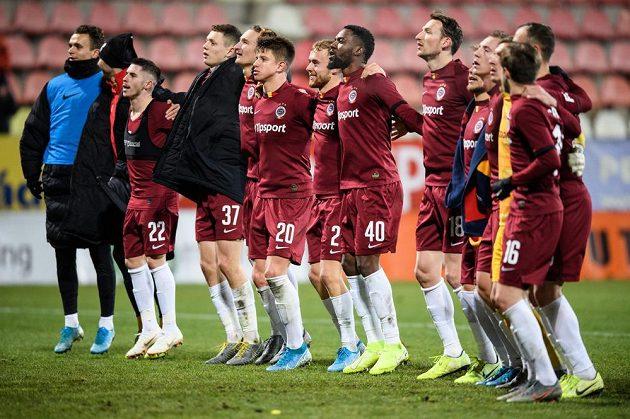 Fotbalisté Sparty Praha během děkovačky s fanoušky po utkání 18. kola Fortuna ligy.