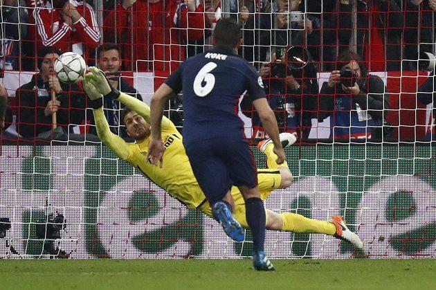 Brankář Atlétika Madrid Jan Oblak se vytáhl proti penaltě útočníka Bayernu Thomase Müllera.