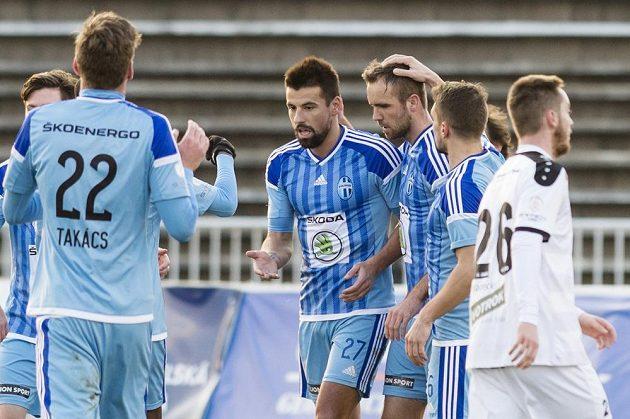Útočník Mladé Boleslavi Milan Baroš (třetí zleva) oslavuje se spoluhráči gól proti Hradci Králvoé v pohárovém čtvrtfinále.
