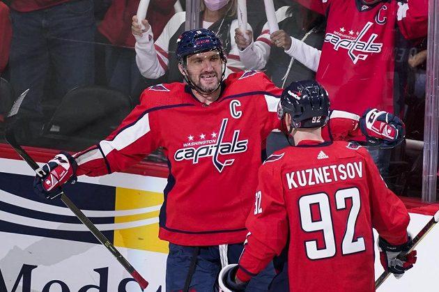 Úvodní duel Capitals v novém ročníku NHL rozhodl čtyřmi body za dvě branky a dvě asistence Alexandr Ovečkin, který se posunul v historické tabulce střelců na páté místo.