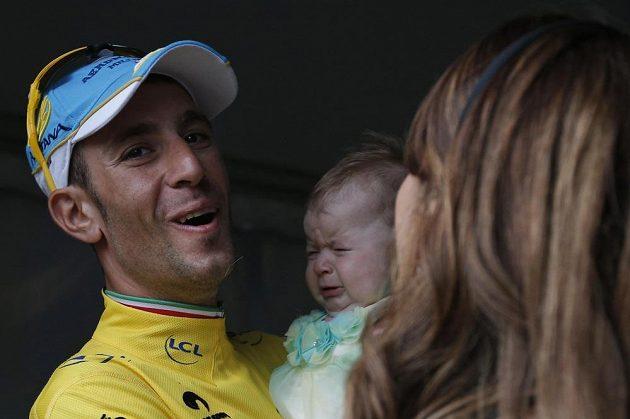 Vincenzo Nibali s dcerou Emmou a manželkou Rachele po vítězném konci Tour de France 2014.