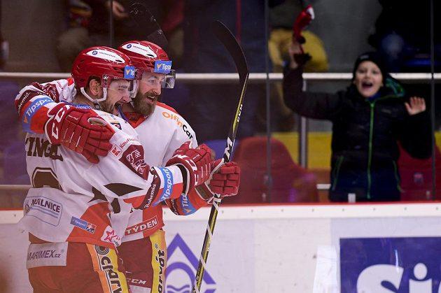Hradečtí (zleva) Lukáš Cingel a Matěj Chalupa oslavují gól v duelu s Litvínovem.