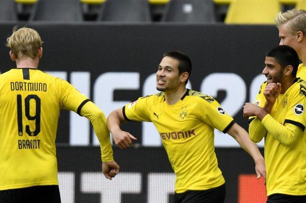 Žádný odvaz! Dortmundský Raphael Guerreiro (uprostřed) si po gólu jen ťuknul loktem s Julianem Brandtem.