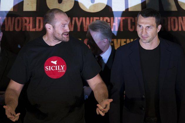 Brit Tyson Fury (vlevo) a Ukrajinec Vladimir Kličko na tiskové konferenci v Manchesteru.