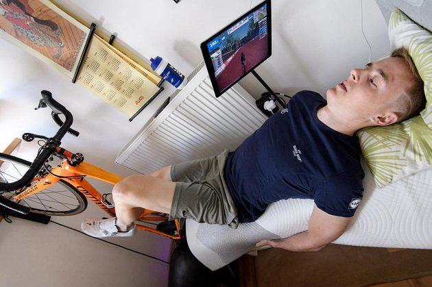 Cyklista Petr Vakoč během tréninku na trenažeru po vážném zranění v JAR.