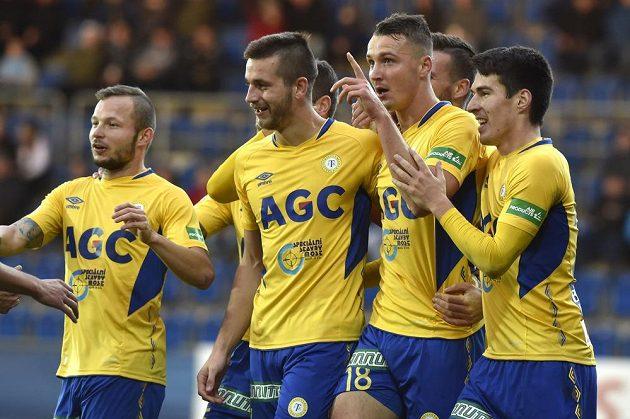 Hráči Teplic se radují z gólu na Slovácku.