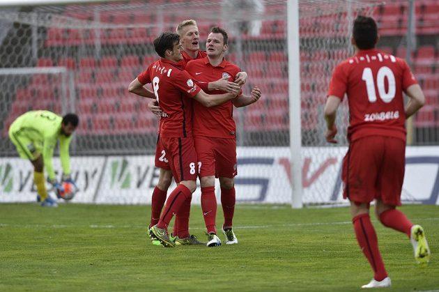 Jakub Řezníček (uprostřed), Michal Škoda (druhý zleva) a Jan Malík z Brna slaví vstřelený gól.