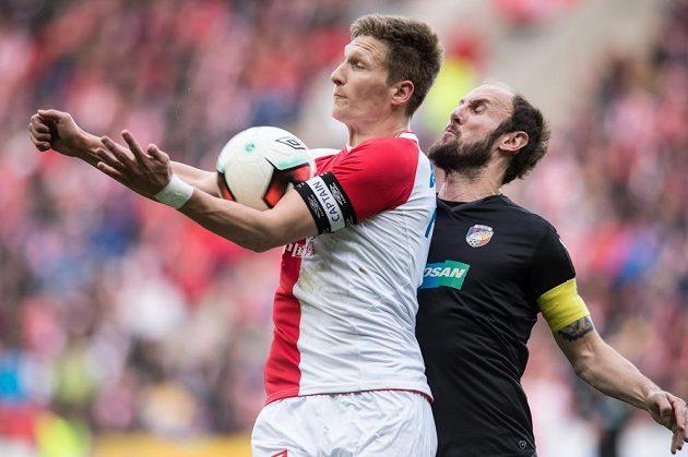 Milan Škoda ze Slavie a Roman Hubník z Plzně během utkání 19. kola ePojištění.cz ligy.