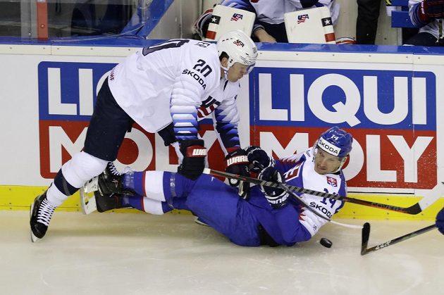 Americký hokejista Ryan Suter přetlačil v souboji na mistrovství světa slovenského soka, kterým byl Richard Pánik.