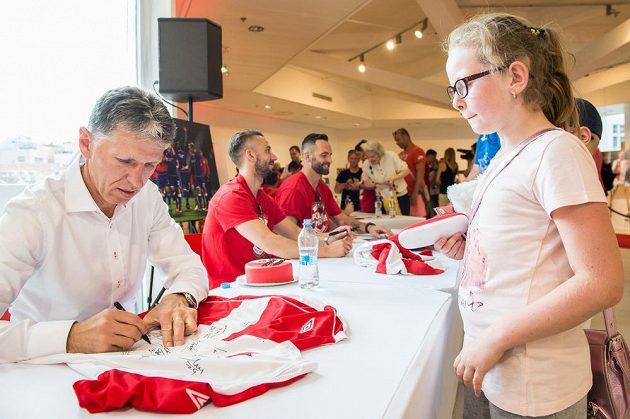 Na autogramiádě nových fotbalových mistrů byl zájem i o podpis trenéra Slavie Jaroslava Šilhavého.