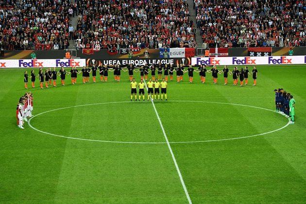 Na začátku utkání se držela minuta ticha za oběti teroristického útoku v Manchesteru.