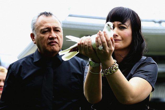Nadine Lomu a její otec Mervyn Kuiek při pohřbu bývalého slavného novozélandského ragbisty Jonaha Lomu, který nečekaně zemřel.