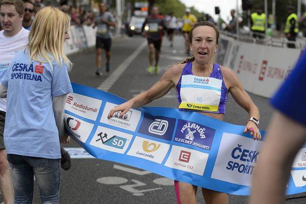 Vítězka běhu žen Eva Vrabcová-Nývltová v cíli závodu Běchovice - Praha.