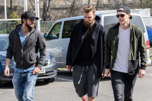Čeští hokejisté Roman Horák (vlevo), Adam Polášek a Andrej Nestrašil přicházejí na sraz národního týmu.