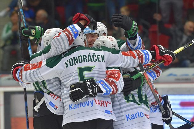 Hokejisté Karlových Varů se radují z branky