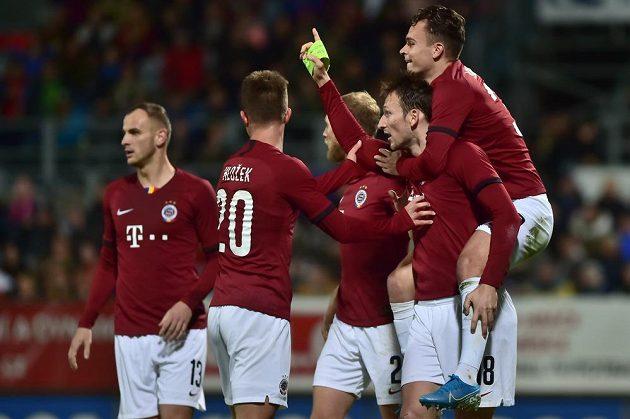 Fotbalisté Sparty se radují z gólu, který dal Libor Kozák (druhý zprava).
