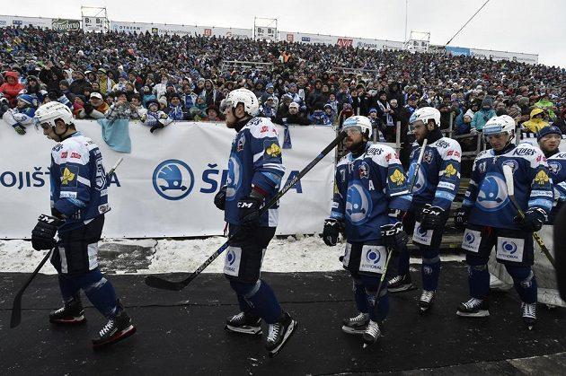 Hokejisté Plzně přicházejí na led stadiónu za Lužánkami.