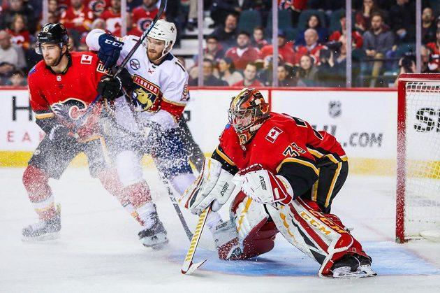 Soustředěný Dabid Rittich v brance Calgary v utkání NHL s Floridou.