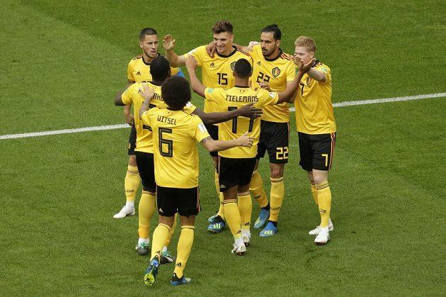 Fotbalisté Belgie se radují z gólu proti Anglii, který vstřelil Thomas Meunier (15).