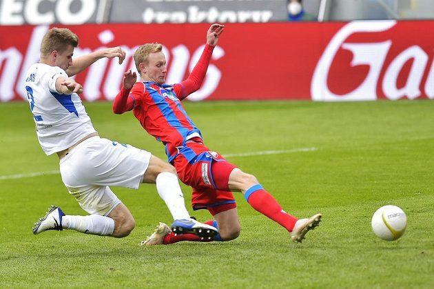Zleva Jakub Jugas z Liberce a Ondřej Mihálik z Plzně, který střílí vítěznou branku.