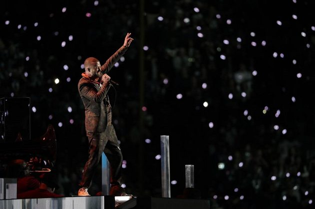 Justin Timberlake při přestávkovém programu při utkání Philadelphie a New England.