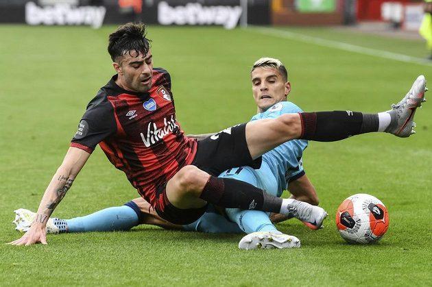 Diego Rico (v červenočerném) z Bournemouthu a Erik Lamela z Tottenhamu.