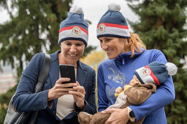 Kateřina Neumanová (vlevo) a Mirka Topinková Knapková s dcerou Adélkou během představení čepice z olympijské kolekce pro ZOH 2018.