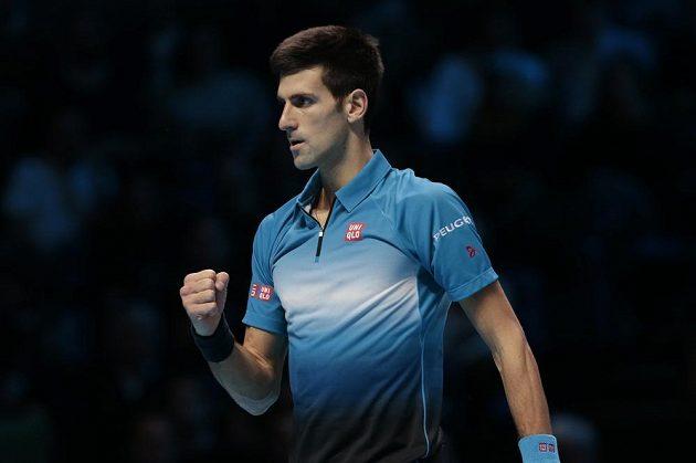 Srbský tenista Novak Djokovič se raduje po vítězné výměně v zápase s Rogerem Federerem.