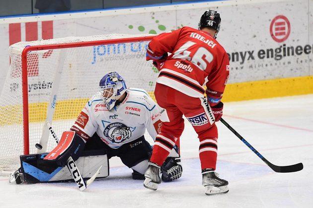 David Krejčí z Olomouce dává gól brankáři Liberce Petru Kváčovi.