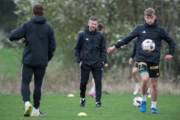 Nový trenér Bohemians 1905 Martin Hašek sleduje hráče během tréninku v Uhříněvsi.