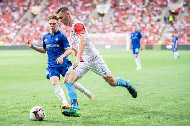 Fotbalista Slavaie Jaromír Zmrhal se snaží prosadit přes bránícího hráče Dynama Kyjev v utkání 3. předkola Ligy mistrů.