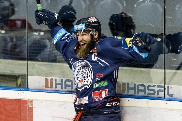 Jan Výtisk z Liberce oslavuje svůj gól proti Pardubicím.
