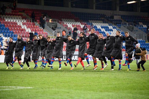 Fotbalisté Viktorie Plzeň oslavují vítězství nad Partizanem Bělehrad v odvetě 2. kola play off EL.