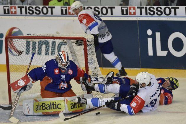 Brankář Tampere Christian Heljanko řeší atak útočníka Komety Radima Zohorny, jehož brání Tuukka Mäntylä.