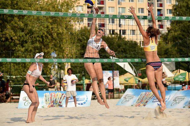 Beachvolejbalistky Kristýna Kolocová (vlevo) a Hana Skalníková během turnaje v Praze.