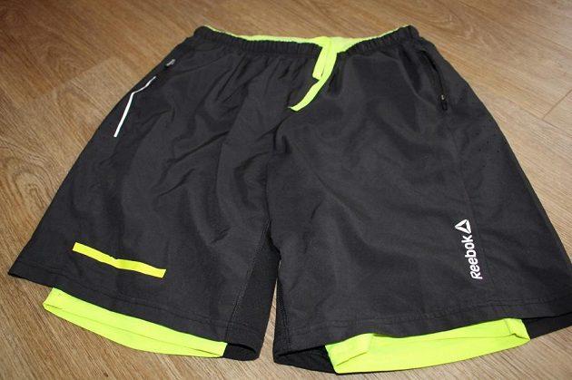Svrchní šortky mají všitý elastický pás.