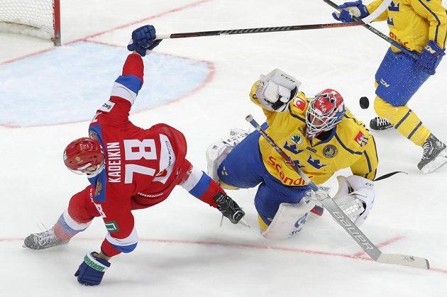 Brankář švédské hokejové reprezentace Lars Johansson v divokém souboji s ruským soupeřem Alexandrem Kadeikinem v utkání Channel One Cupu.