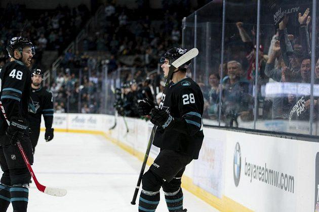Radost hokejstů San Jose Sharks. Timo Meier (28) slaví s českým útočníkem Tomášem Hertlem gól v utkání NHL.