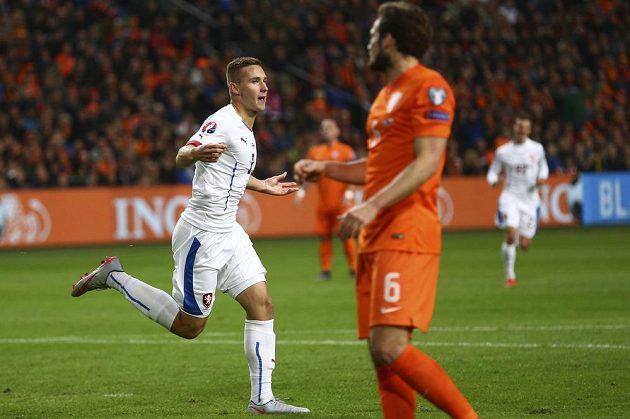 Pavel Kadeřábek (vlevo) a Nizozemec Daley Blind v utkání kvalifikace ME v Amsterdamu.