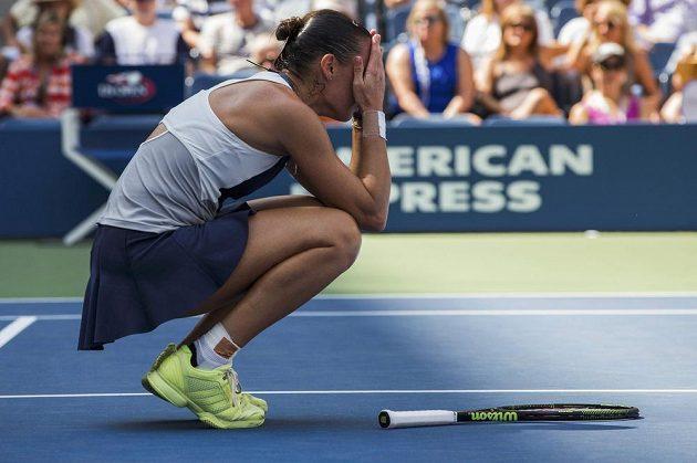 Italka Flavia Pennettaová se raduje z postupu do semifinále US Open přes Petru Kvitovou.